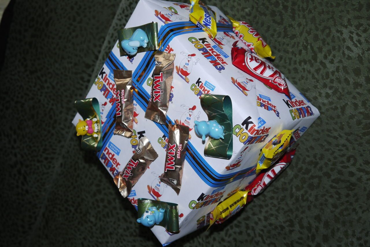 Как завернуть подарок в киндер